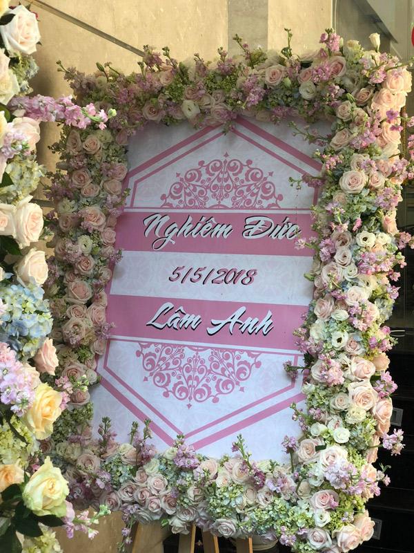 Tên cô dâu, chú rể cùng ngày cưới được để trên tấm bảng trước cửa nhà trai.