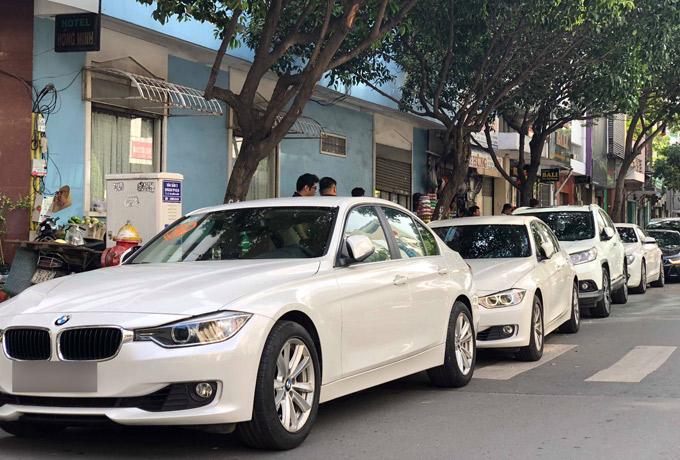 Dàn xe chủ yếu là BMW, lẫn vài chiếc Range Rover... đỗ dài một bên đường, chuẩn bị xuất phát đi rước dâu.