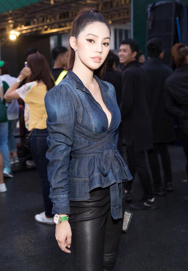 Hoa hậu thế giới người Việt tại Australia 2015 Jolie Nguyễn cũng mặc áo jean đi xem đua xe.