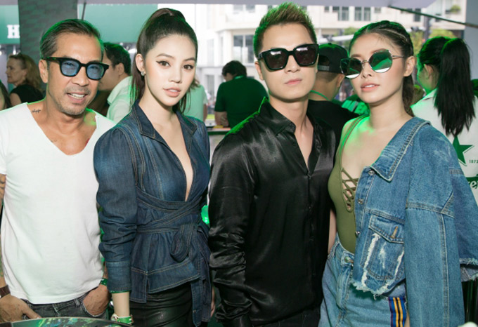 Vợ chồng Đăng Khôi chụp ảnh kỷ niệm cùng Jolie Nguyễn, fashionista Thuận Nguyễn (áo trắng) tại sự kiện.