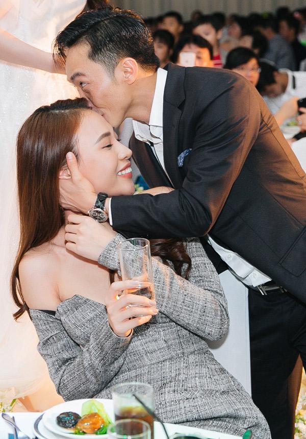 Cường Đô La ôm ghì lấy bạn gái và dành cho cô một nụ hôn lên trán.