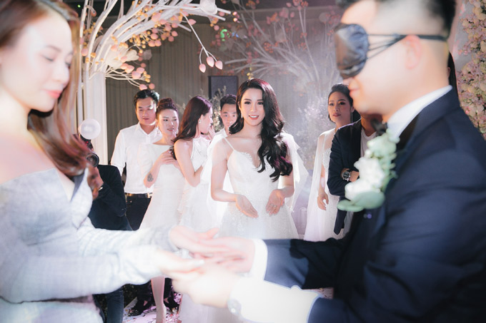 Kết quả chàng thiếu gia đã nhận nhầm MC Phí Linh là Diệp Lâm Anh. Trò chơi khiến không khí tiệc cưới thêm sôi động, các khách mời được dịp cười nghiêng ngả.