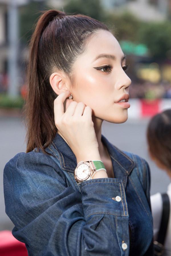 Cô khoe khéo chiếc đồng hồ hàng hiệu trị giá 400 triệu đồng.