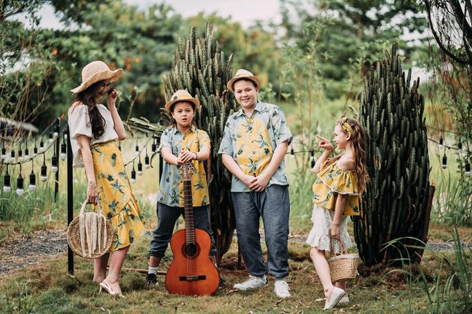 Ba con của Ngọc Nga gồm hai trai, một gái,lần lượt ở độ tuổi 12, 10 và 8, mang hai dòng máu Australia - Việt Nam.