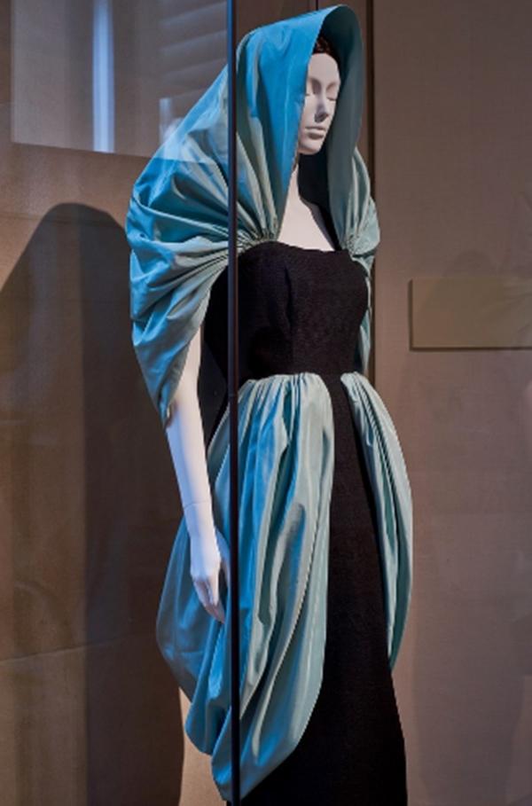 Khách mời tham dự Met Gala được yêu cầu diện trang phục phù hợp với chủ đề cho trước và thiết kế nàylà một trong những gợi ý.