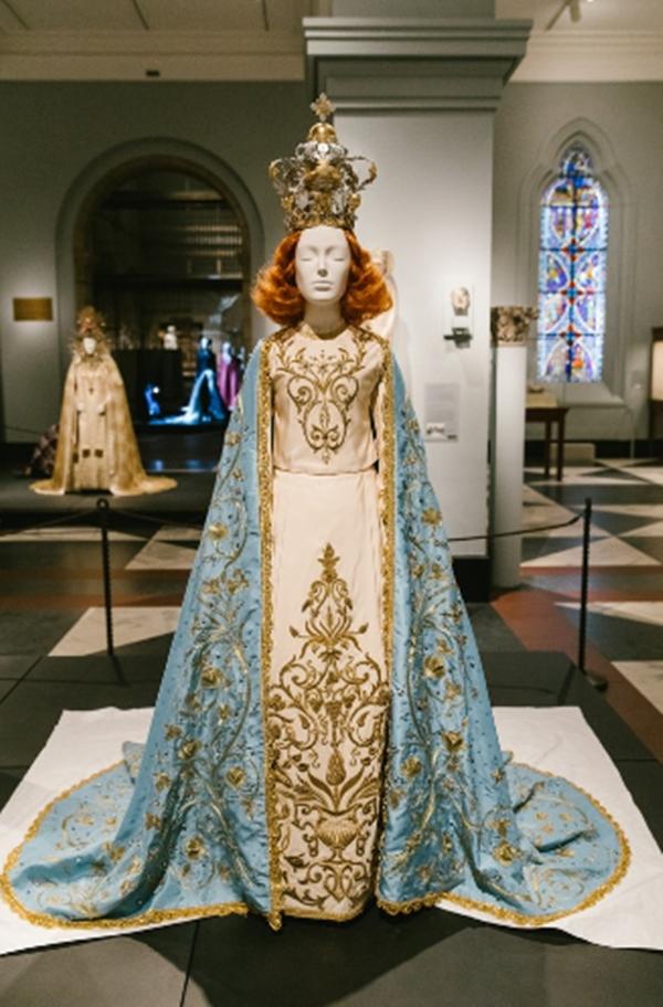 Trang phục đến từ nhà thiết kế Riccardo Tisci, người nắm giữ vị trí Giám đốc sáng tạo cho Givenchy suốt gần 12 năm. Bộ trang phục được thêu tay tỉ mỉ với đá Swarovski, sợi kim loại vàng và đinh tán kim loại.