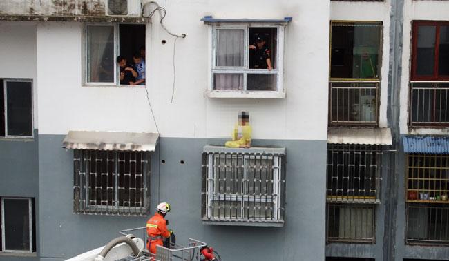 Lực lượng cứu hộ sớm có mặt khi nhận được tin báo. Ảnh: SCMP.