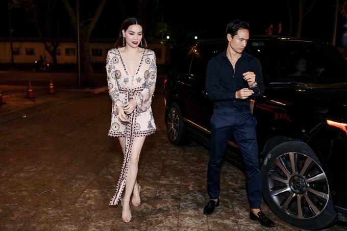 Tối 6/5, Kim Lý ăn mặc đơn giản khi đưa Hồ Ngọc Hà đến tham dự buổi tiệc quy tụ đông đảo nghệ sĩ, người đẹp nổi tiếng trong làng giải trí Việt.