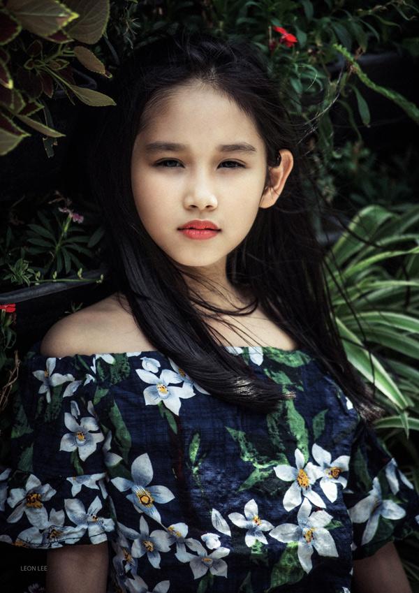 Bé Minh Thùy đang tham gia lớp đào tạo người mẫu nhí MTS do mẹ tổ chức. Cô bé thường khiến các nhiếp ảnh gia bất ngờ với diễn xuất biểu cảm,hút hồn khi đứng trước ống kính.
