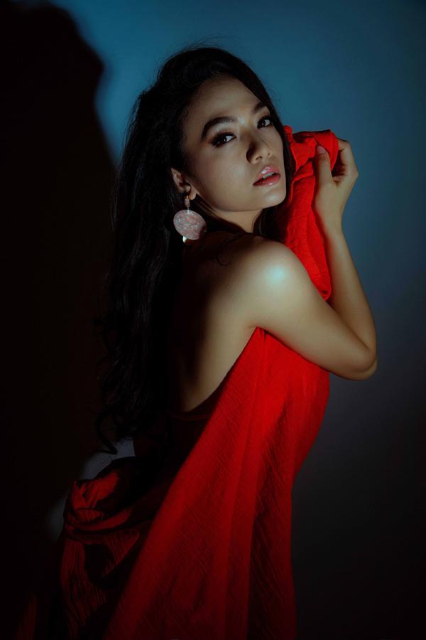 Sau ồn àomâu thuẫn với diễn viên Dương Cẩm Lynh khi tham gia phim điện ảnh Mặt nạ máu, Tinna Tình vắng mặt trong làng giải trí. Hai năm qua cô hầu như không xuất hiện trên sân khấu ca nhạc hay màn ảnh khiến nhiều người nghĩ cô đã giải nghệ. Tinna Tình vừa trở lại với album có tên Đừng gọi em là gái hư.