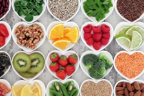 Tăng cường vitamin Chất chống oxy hóa có tác dụng ngăn ngừa tác hại của ánh nắng mặt trời và khói thuốc lá đối với cơ thể. Cách đơn giản để bổ sung chất chống oxy hóa cho cơ thể là qua đường ăn uống. Các chất chống oxy hóa mạnh nhất làm chậm quá trình lão hóa là selen, vitamin E và vitamin C. Selen có nhiều trong hạt điều Brazil, thịt bò, cá ngừ, gan bò... Vitamin E có nhiều trong hạt dẻ, rau cải xanh, rau bina, quả bơ, đu đủ... Vitamin C có nhiều trong ổi, bông cải xanh, dâu tây, kiwi...
