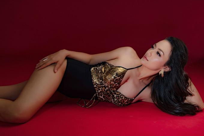 Nữ ca sĩ tự tin với ngoại hình hiện tại dù nhiều người khuyên cô nên đi nâng ngực để có vóc dáng nóng bỏng hơn.