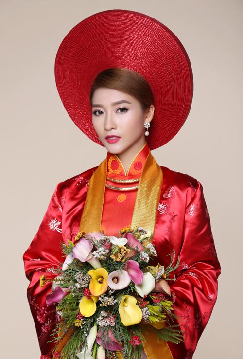 Cùng với xu hướng tìm về những vẻ đẹp truyền thống, vĩnh cửu, không ít cô dâu hiện đại vẫn muốn mặc áo dài lụa đỏ khoác áo choàng cùng khăn mấn trơn đồng điệu trong ngày cưới.