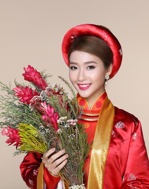 Vì cô dâu chọn màu đỏ chủ đạo cho trang phục nên son môi cũng nên sử dụng cùng dải màu, sắc độ nhạt hơn một chút để tổng thể hài hòa, không bị chói.