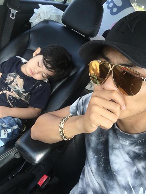 Kubi ngủ quên ngon lành trong xe ô tô khi chờ mẹ Khánh Thi đi mua đồ.
