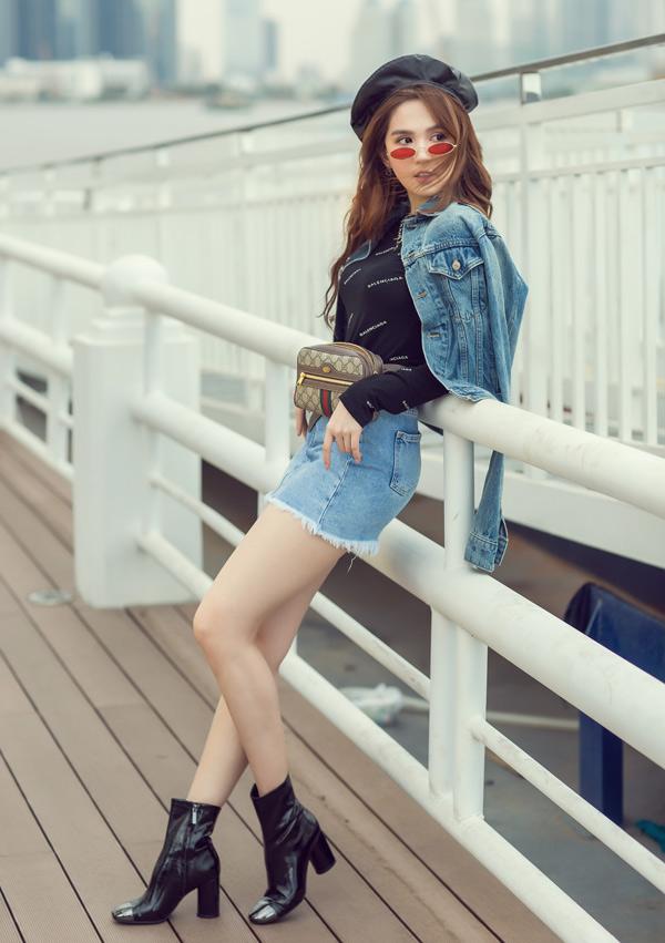Áo thun kết hợp quần short jean hoặc váy ngắn là lựa chọn của người đẹp trong mùa hè.