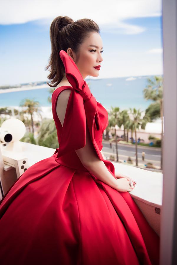 Chiều 8/5, cô chuẩn bị kỹ lưỡng về trang phục, đầu tóc ở khách sạn để chuẩn bị dự lễ khai mạc.