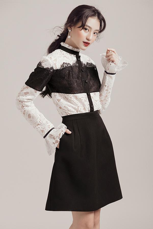 Điểm nhấn của những thiết kế lần này chính là phần cổ và tay áo được cách điệu so với những phomdáng quen thuộc, giúp người mặc nổi bật.