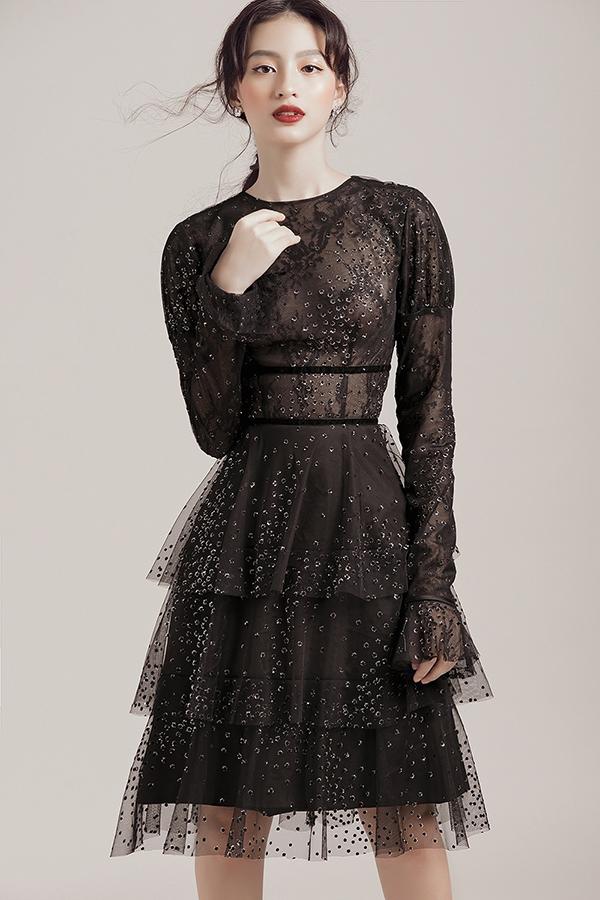 Vải ren, vải xuyên thấu được kết hợp cùng nhau để tạo nên các mẫu váy đi tiệc khai thác vẻ đẹp gợi cảm cho người mặc.