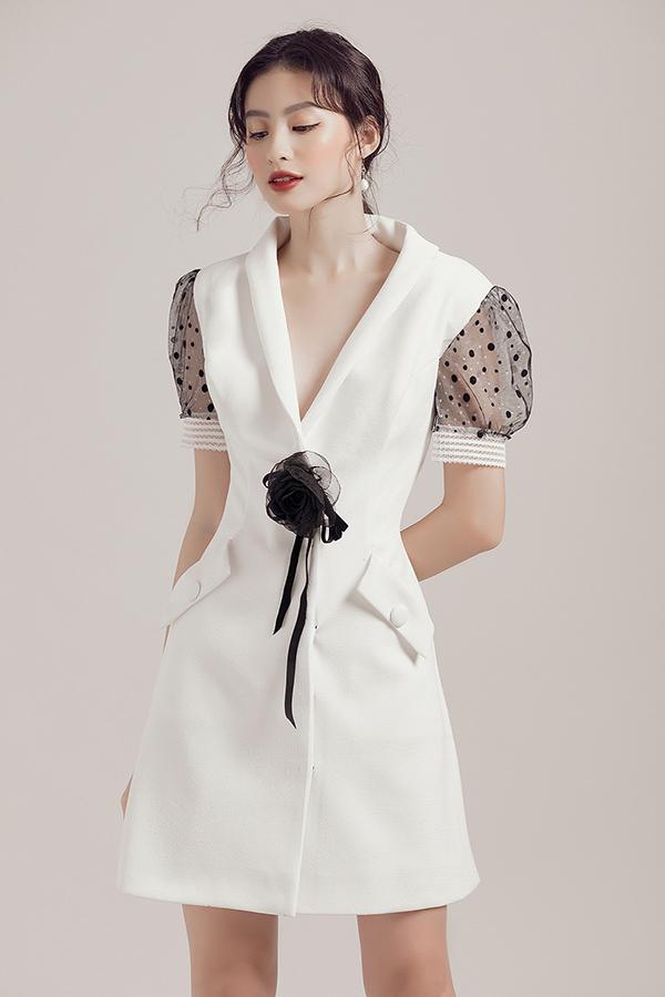 Cách điểm xuyến một bông hoa nhỏ hoặc một chiếc nơ ở phần eo và phần ngực áo cũng là cách tạo điểm nhấn cho những mẫu váy thêm phần thanh lịch.