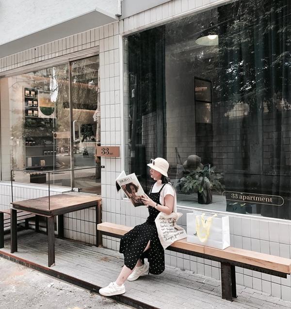 Khác với nhiều phụ nữ thường thích đi giày cao gót thì giày bệt lại là món đồ ruột trong tủ đồ của Heo Mi Nhon (Loan Hoàng). Giày thể thao được mẹ Cam kết hợp với áo thun trắng basic cùng váy hai dây. Xu hướng thời trang đậm chất Hàn Quốc đang lên ngôi trong mùa hè này.