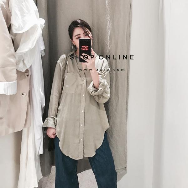 Để đối phó với những ngày hè oi nóng, Heo Mi Nhon chọn ngay áo sơ mi oversize phối cùng quần jean ống suông. Trang phục không cầu kỳ, có mức giá bình dân nhưng giúp cô chống nắng tốt mà vẫn tạo nên phong cách cá tính, phủi bụi.
