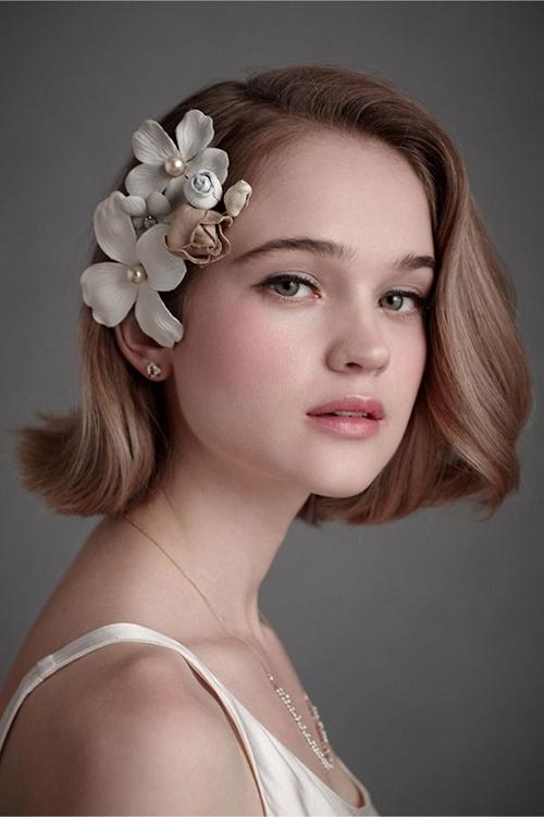 Những bông hoa có kích thước lớn giúp tạo điểm nhấn cho mái tóc ngắn của bạn.