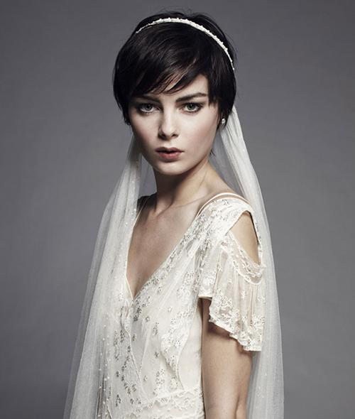 Cô dâu thêm phần quyến rũ với bờm đính đá kết hợp voan trùm đầu.