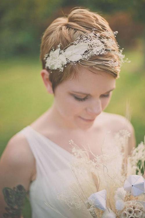 Bờm kết bởi lông vũ và hoa nhí đem đến cho nàng một diện mạo thật khác biệt.