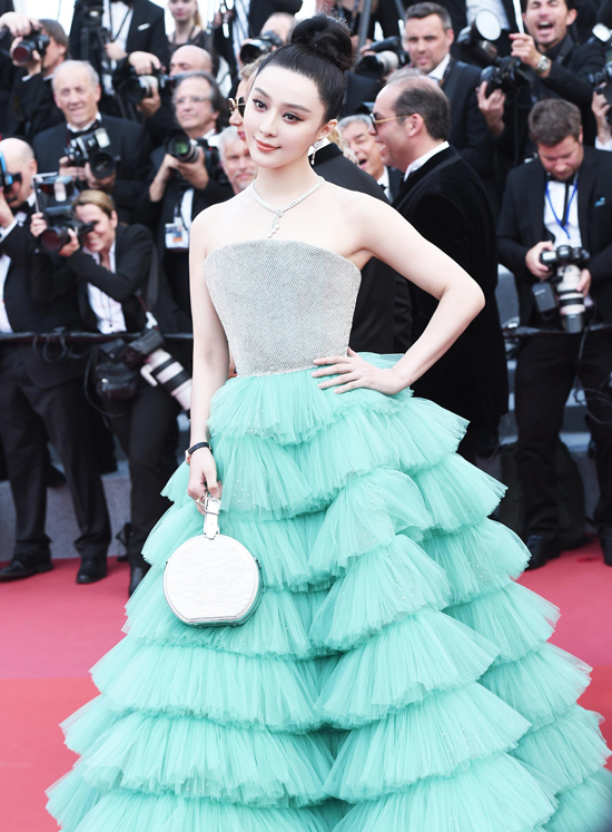 Phạm Băng Băng góp mặt tại khai mạcLiên hoan phim Cannes 2018, sự kiện diễn ra tại thành phố biển Cannes - miền nam nước Pháp. Trên thảm đỏ, ngôi sao Hoa ngữ diện trang phục nằm trong bộ sưu tập Xuân Hè mới nhất của thương hiệuAli Karoui, đi kèm trang sức củaDe Beers