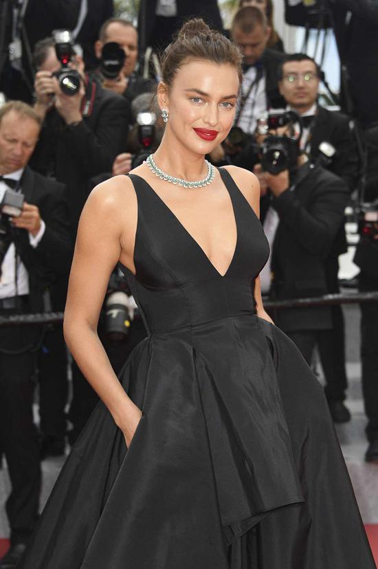 Irina Shayk tham dự buổi công chiếu phim Yomeddine của điện ảnh Ai Cập hôm 9/5 trong khuôn khổ liên hoan phim Cannes 2018.