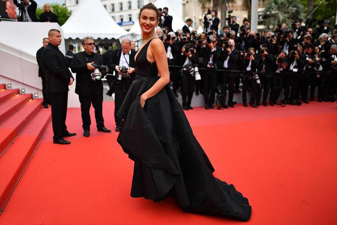 Irina Shayk diện đầm đen vẫn tỏa sáng trên thảm đỏ Cannes - 4
