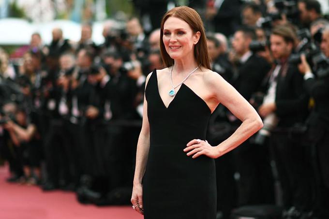 Minh tinh Hollywood Julianne Moore cũng khoe dáng với đầm đen - một thiết kế của nhà mốt Saint Laurent.