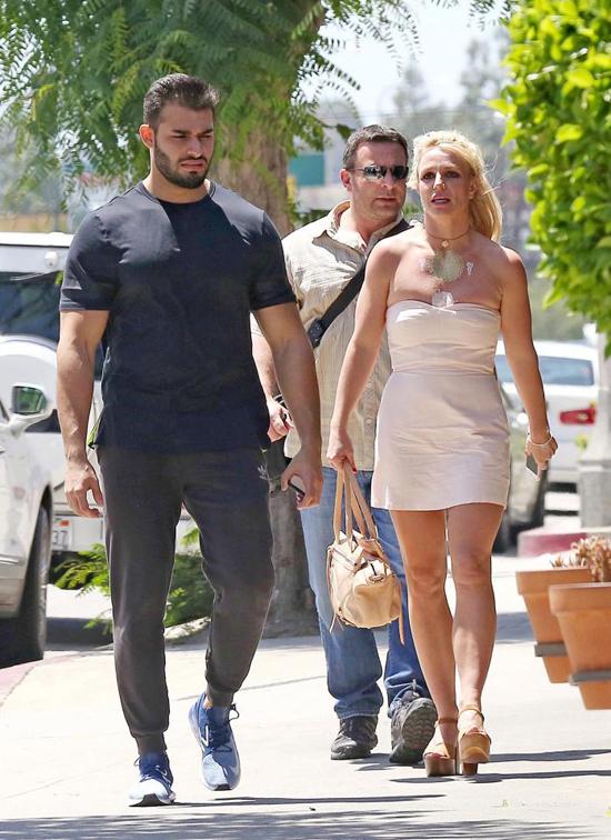 Theo Us Weekly, Britney và bồ trẻ dành rất nhiều thời gian bên nhau, cùng nấu ăn, tập thể dục và đi du lịch.
