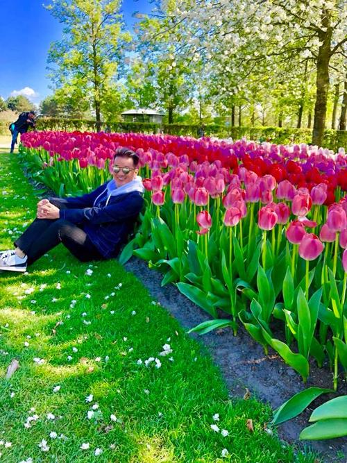 Mùa hè là thời điểm du khách đến châu Âu rất đông.Thời tiết ấm áp, nắng vàng, khí hậu mát mẻ và đặc biệt là trăm hoa đua nở khiến chuyến đi trở nên thú vị và thơ mộng hơn. Trong các quốc gia châu Âu, có lẽ Hà Lan là nơi đắt khách nhất bởi đất nước của những chiếc cối xay gió sở hữu diện tích trồng hoa khổng lồ.