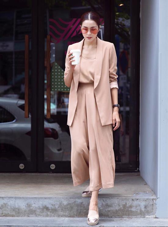 Hòa cùng trào lưu diện suit đang được phái đẹp thế giới ưa chuộng, Tăng Thanh Hà khiến mình có được hình ảnh nhẹ nhõm và thoải mái với cách phối giày đế bệt.