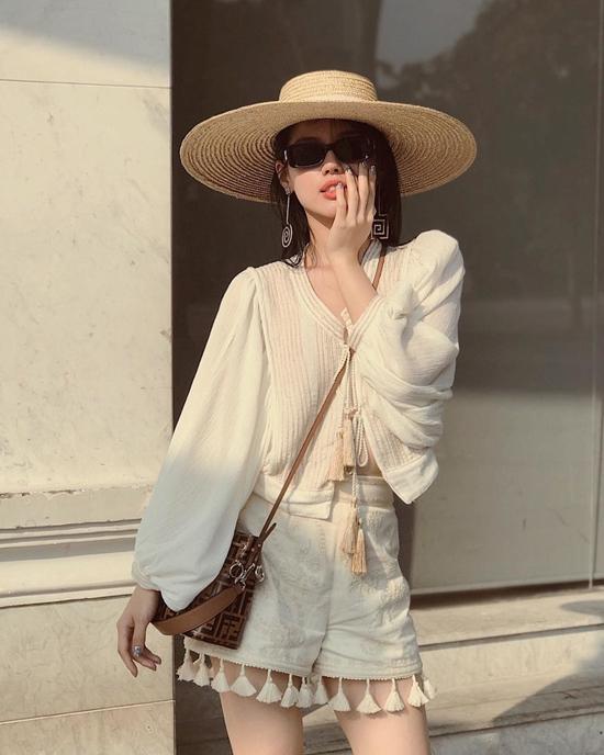 Nổi bật trong xu hướng phụ kiện 2018 là kiểu mũ rộng vành với phom dáng cứng cáp tôn nét cá tính cho phái đẹp. Khánh Linh The Face chọn mũ hot trend để phối cùng trang phục trắng gợi cảm.