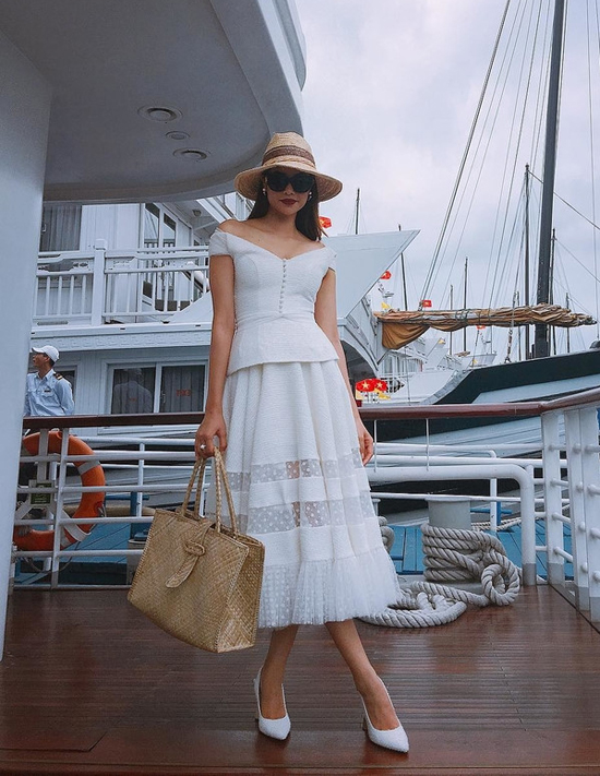 Phạm Hương chọn cách phối phụ kiện đồng điệu về chất liệu khi diện váy trắng thanh nhã đi du lịch biển.