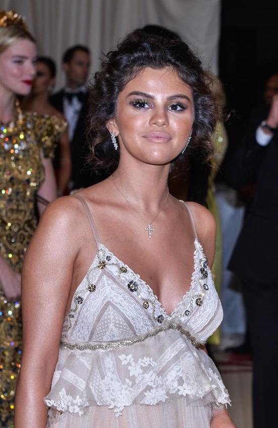 Selena Gomez phản hồi khi bị chê có làn da nhuộm thảm họa ở Met Gala