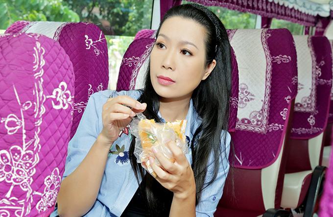 Trịnh Kim Chi ăn bánh mì lót dạ, ngồi ôtô khách về Tiền Giang làm từ thiện. Á hậu Việt Nam 1994 ngoài đời rất giản dị, gần gũi.