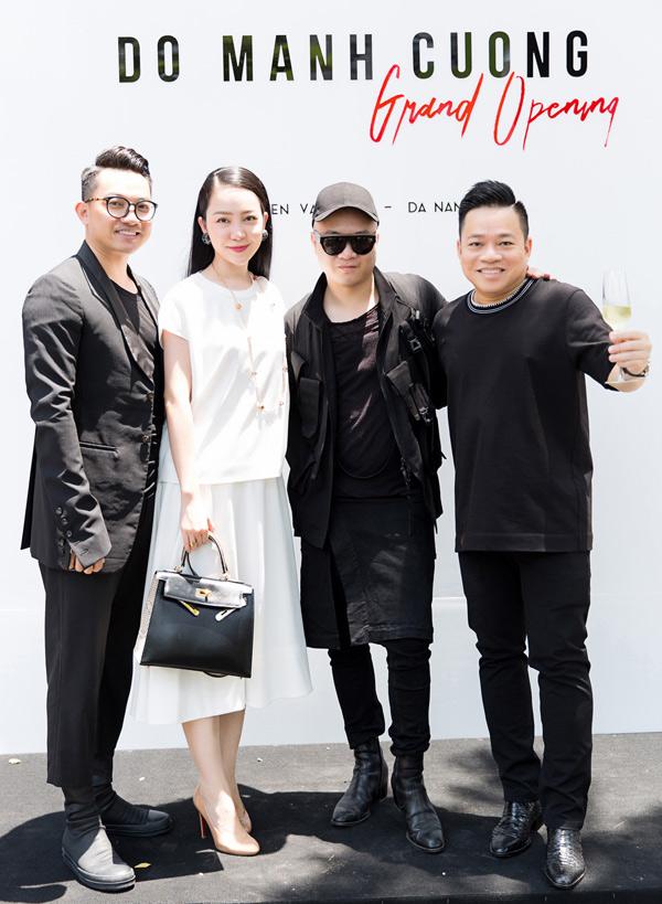 Giám đốc sản xuất Huy Cận (ngoài cùng bên phải) hỗ trợ Đỗ Mạnh Cườngtổ chức các show diễn và quảng bá thương hiệu nhiều năm nay.
