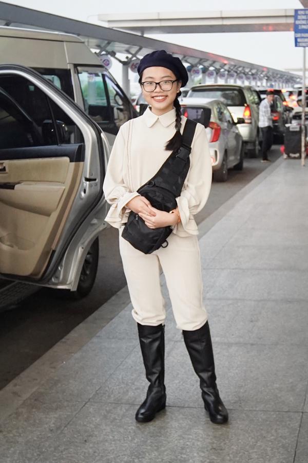 Phương Mỹ Chi mặc kín bưng, trông ra dáng thiếu nữ ở tuổi 15.