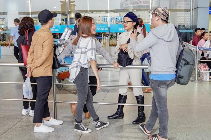 Một số fan ruột cũng ra sân bay để gặp gỡ giọng ca Quê em mùa nước lũ. Phương Mỹ Chi có lượng người hâm mộ đông đảo.