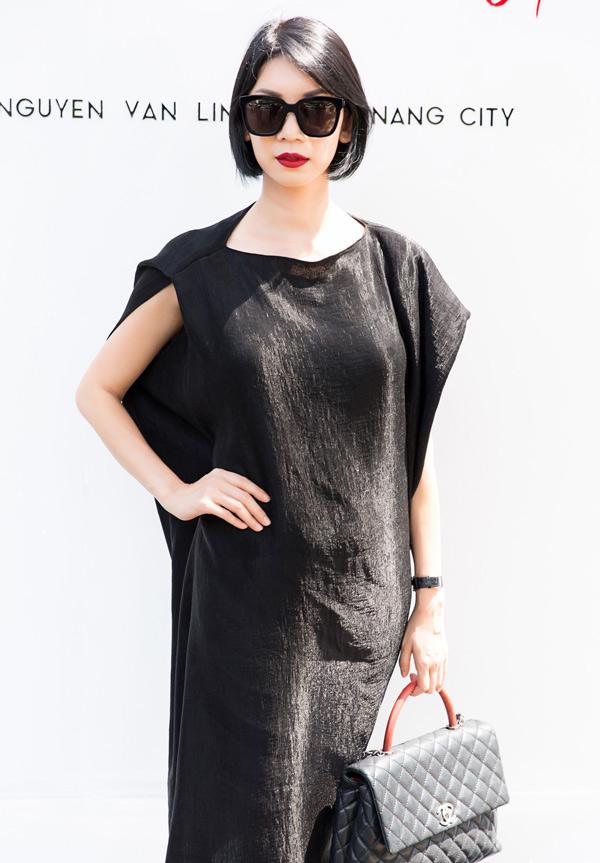 Cựu người mẫu Xuân Lan giấu đường cong với thiết kế váy suông đơn giản.