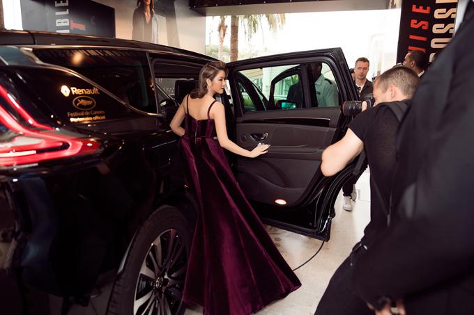 Là một trong 300 khách VIP, Lý Nhã Kỳ được xe của ban tổ chức đến tận khách sạn đón ra thảm đỏ.