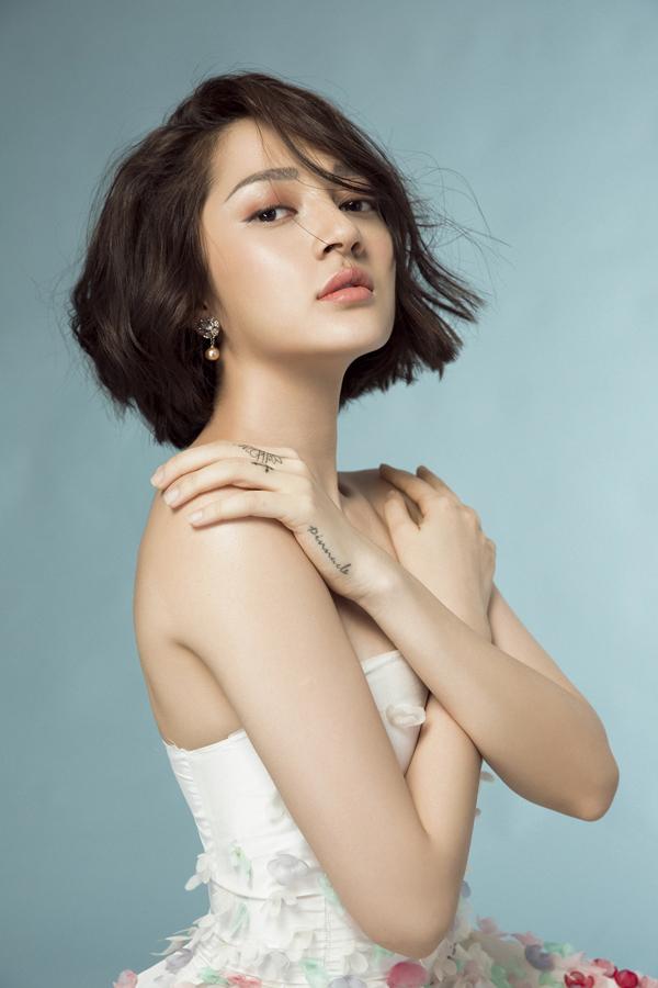 Mái tóc ngắn xoăn nhẹ còn giúp nữ ca sĩ thêm phần trẻ trung và cá tính.