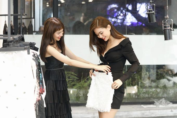 Cùng xuất hiện trong buổi thử trang phục còn có sự góp mặt của Á hậu Hoàn vũ VN 2018 Mâu Thủy và người mẫu Phí Phương Anh.