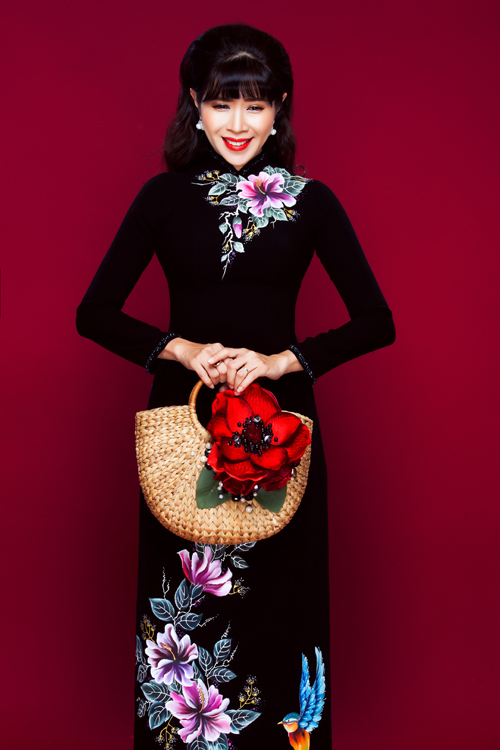 Mẫu áo in hoa như một bức tranh sơn mài dễ được lòng các bà sui khi nó gợi nhớ về những điều hoài cổ, thân quen. Thiết kế nổi bật với những họa tiết nhiều màu.