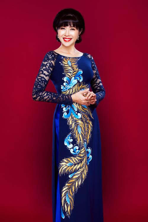Áo dài không cổ hoặc cổ thuyền phù hợp với những người có cổ đầy đặn, khuôn mặt tròn, bầu vì nó góp phần tạo phong cách sang trọng cho người mặc.