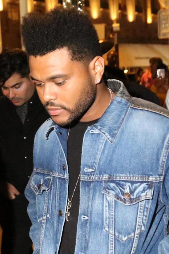 The Weeknd đến cùng bạn bè sau đó rời đi cùng Bella Hadid vào giữa đêm.